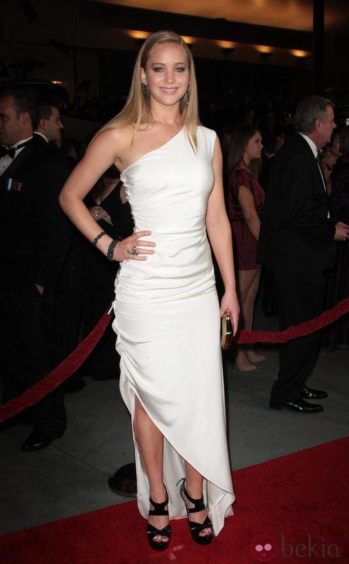 Jennifer Lawrence con vestido blanco y sandalias negras