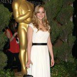 Jennifer Lawrence con vestido blanco ajustado en la cintura