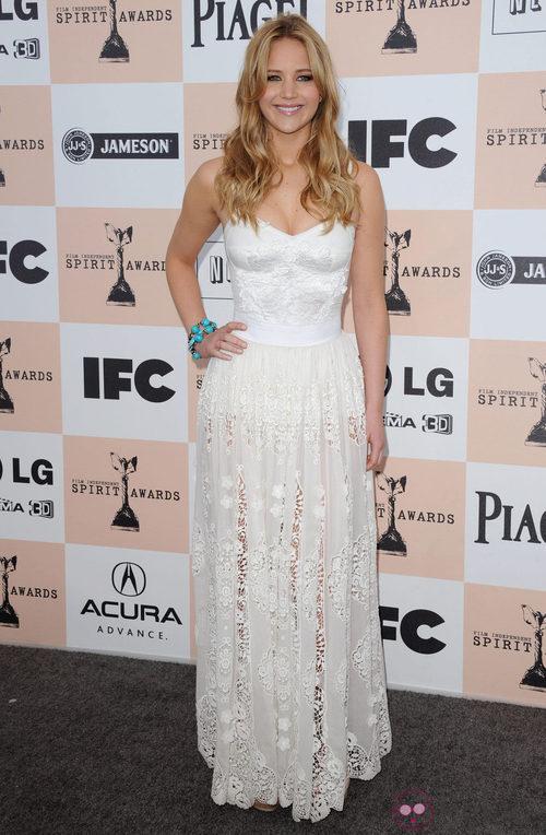Jennifer Lawrence con vestido blanco de encaje