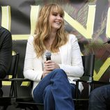 Jennifer Lawrence con blazer blanca y pantalon azul