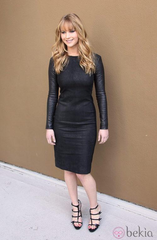 Jennifer Lawrence con vestido negro ajustado