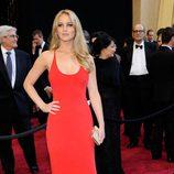 Jennifer Lawrence con vestido rojo de Calvin Klein