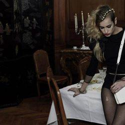 Alice Dellal posa con uno de los modelos 'Boy' de Chanel
