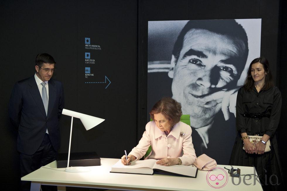 La reina firma en el libro de visitas del Museo Cristóbal Balenciaga