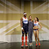Stella McCartney junto a dos deportistas de los Juegos Olímpicos de Londres 2012