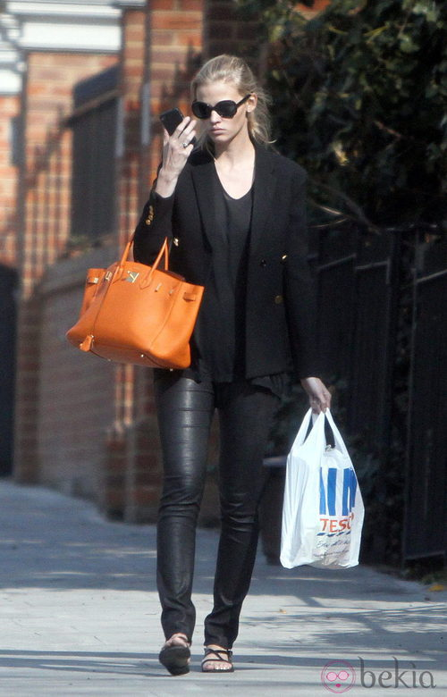 Lara Stone, al supermercado con un Birkin