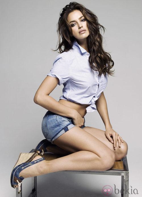Irina Shayk con sandalias de cuña jean para Xti primavera/verano 2012