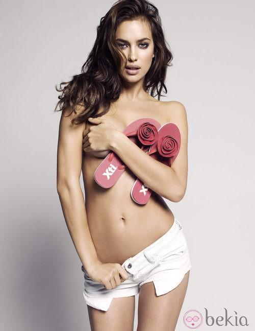 Irina Shayk en topless con unas chanclas rojas para Xti primavera/verano 2012