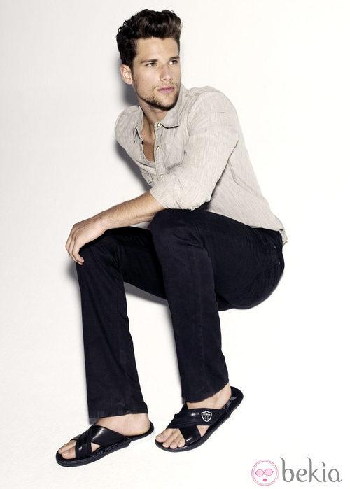 Arthur Sales con sandalias de tiras negras para Xti primavera/verano 2012