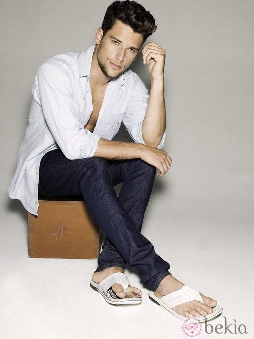 Arthur Sales con sandalias de tiras blancas para Xti primavera/verano 2012