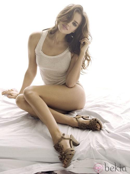 Irina Shayk con sandalias de tiras marrones para Xti primavera/verano 2012