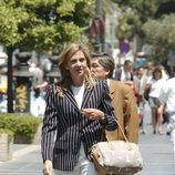 La Infanta Cristina con blazer de raya diplomática y pantalón blanco