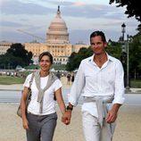 La Infanta Cristina con camiseta blanca y pantalón de algodón gris