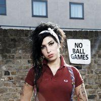Amy Winehouse posa con un polo granate para Fred Perry