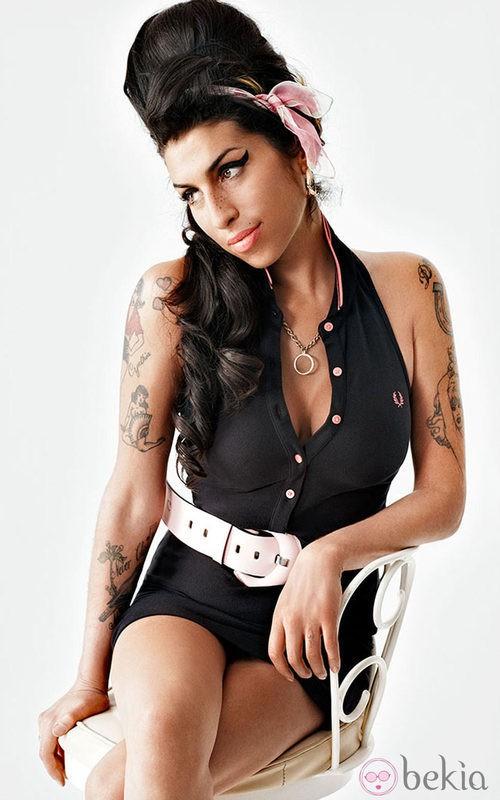 Amy Winehouse con vestido negro y cinturón blanco para Fred Perry
