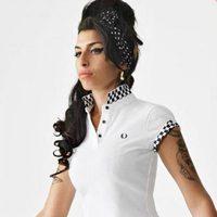 Amy Winehouse con un polo blanco para Fred Perry