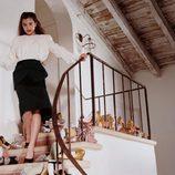 Hailee Steinfeld rodeada de zapatos para Miu Miu