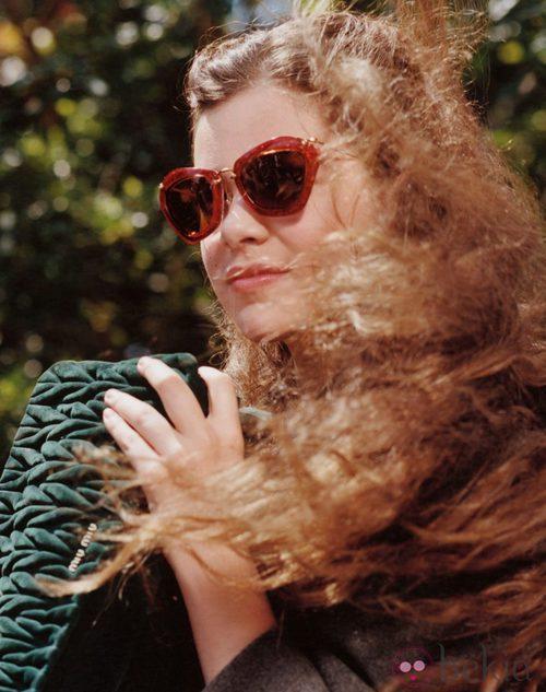 Hailee Steinfeld con gafas de pasta roja de Miu Miu