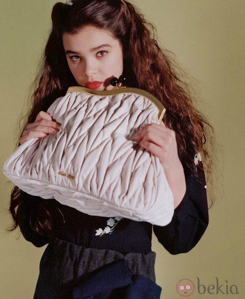Hailee Steinfeld con bolso de Miu Miu