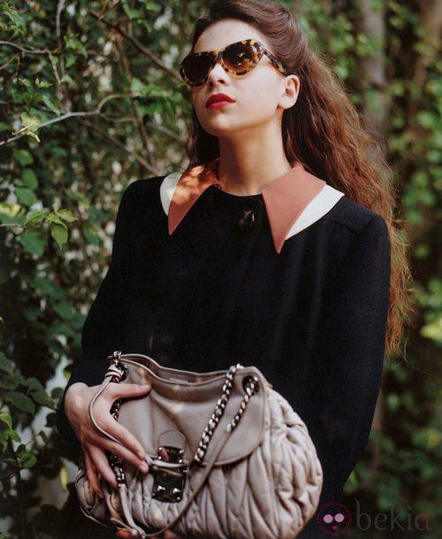 Hailee Steinfeld con gafas de sol de carey de Miu Miu