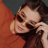 Hailee Steinfeld con gafas de sol de pasta de Miu Miu
