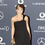 Elsa Pataky con un vestido negro de escote cruzado en los Premios Deportivos Laureus
