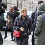 Elsa Pataky con abrigo girs y bolso rojo de Chanel