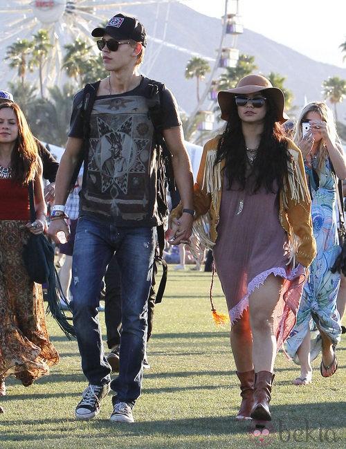 Vanessa Hudgens con cazadora de flecos en Coachella 2012