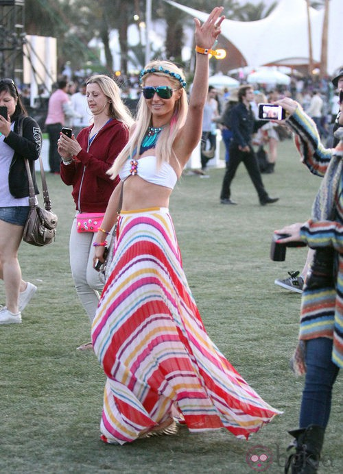 Paris Hilton con maxi falda en el Festival de Coachella 2012