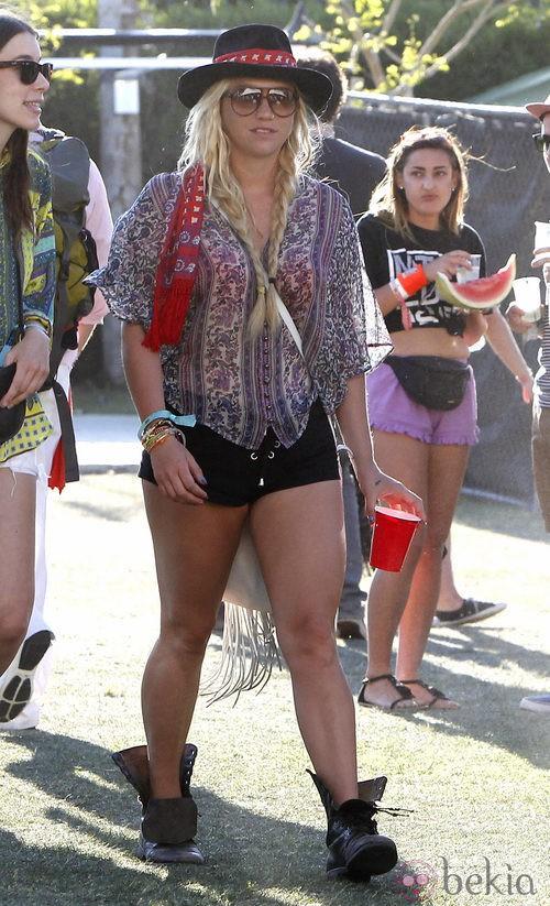 Kesha con shorts negros en el Festival de Coachella 2012