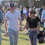 Emma Roberts con top de encaje negro en Coachella 2012