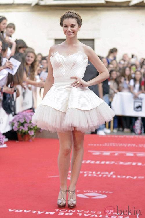 Norma Ruiz con un vestido blanco tipo bailarina en la apertura del Festival de Málaga 2012