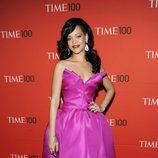 Rihanna con vestido fucsia de Marchesa en la alfombra roja de la gala celebrada por la revista Time 2012