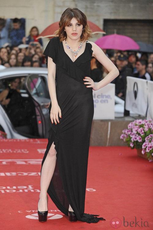 Angy Fernández con vestido negro y plataformas durante la clausura del Festival de Málaga 2012