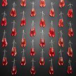 Zapatos colgados en la pared en la exposición de Christian Louboutin en Londres