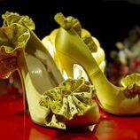 Zapatos en color amarillo en la exposión de Christian Louboutin en Londres