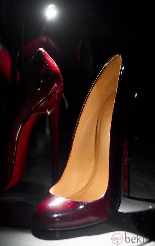 Zapatos color vino en la exposición de Christian Louboutin en Londres