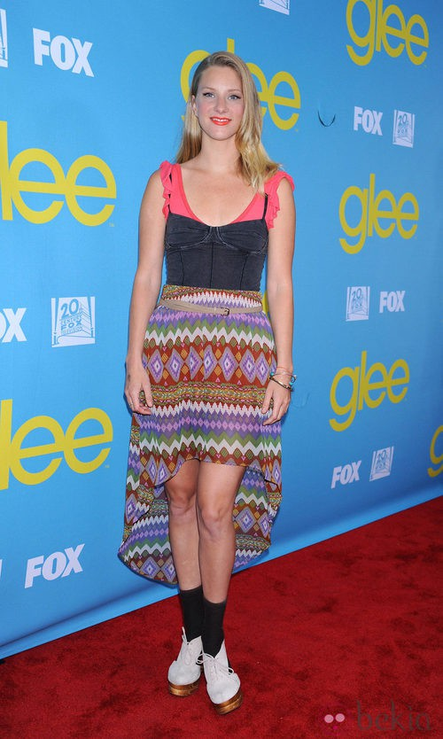 Heather Morris con falda 'tail hem' de Forever 21