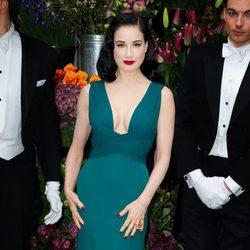 Dita Von Teese con un vestido de corte años 30 en verde