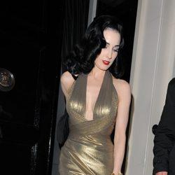 Dita Von Teese con un vestido de corte años 30 en dorado