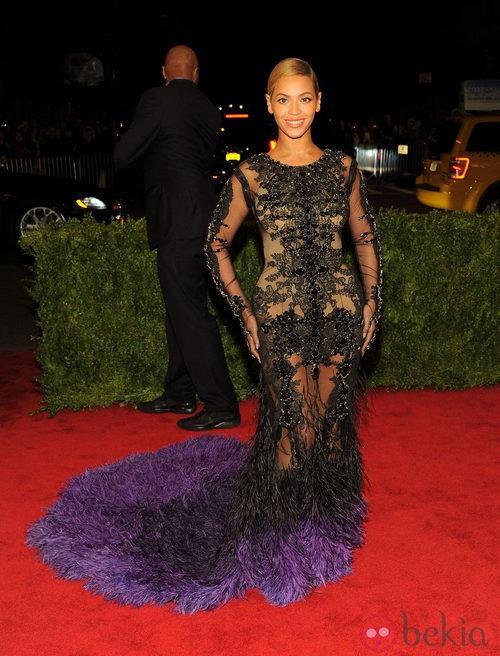 Beyoncé con diseño de Givenchy en la gala del MET 2012