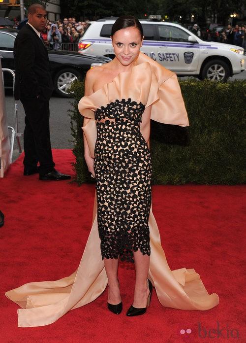 Christina Ricci con un vestido de volantes de Thakoon en la gala del MET 2012