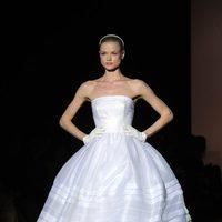 Vestido de novia con volumen de Rosa Clará en la Pasarela Gaudí Novias 2012