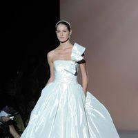 Vestido de novia satinado de Rosa clará en la Pasarela Gaudí Novias 2012