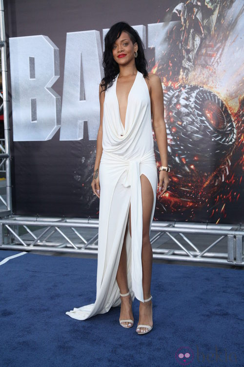 El escotado vestido blanco de Rihanna en el estreno de Battleship en Los Ángeles