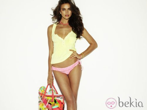 Irina Shayk con un bikini y una camiseta amarilla de Blanco temporada primavera/verano 2012