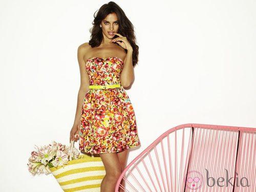 Irina Shayk con un vestido de flores de Blanco temporada primavera/verano 2012