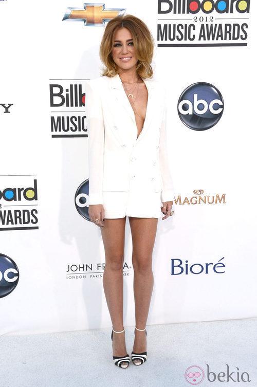 Miley Cyrus con un escotado vestido blanco en los premios Billboard 2012