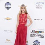 Taylor Swift con un vestido rojo largo en los premios Billboard 2012
