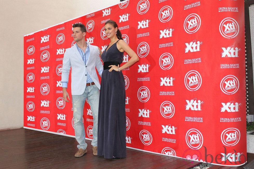 Irina Shayk y Arthur Sales muy sonrientes en la presentación de la nueva colección Otoño/Invierno de Xti